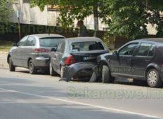 Фолксваген не успя да вземе завой и блъсна паркирала кола