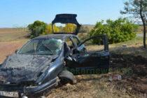 Кола се заби в дърво, след полет от асфалта