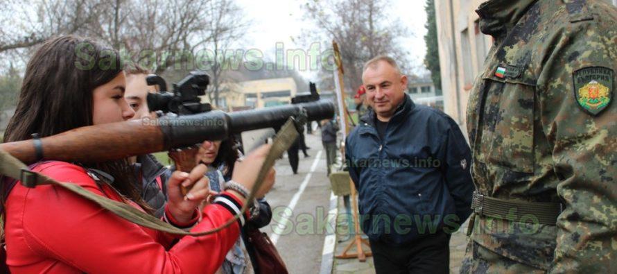 Ученици нарамиха оръжия в Деня на отворени врати