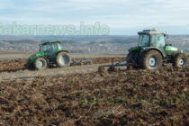 Земеделци се радват на  хубавото време за оран