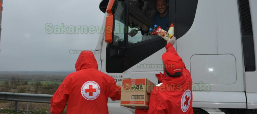 От БЧК раздават кроасани и минерална вода на чакащите шофьори