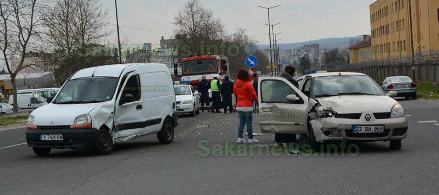 Автомобили се сблъскаха на кръстовище