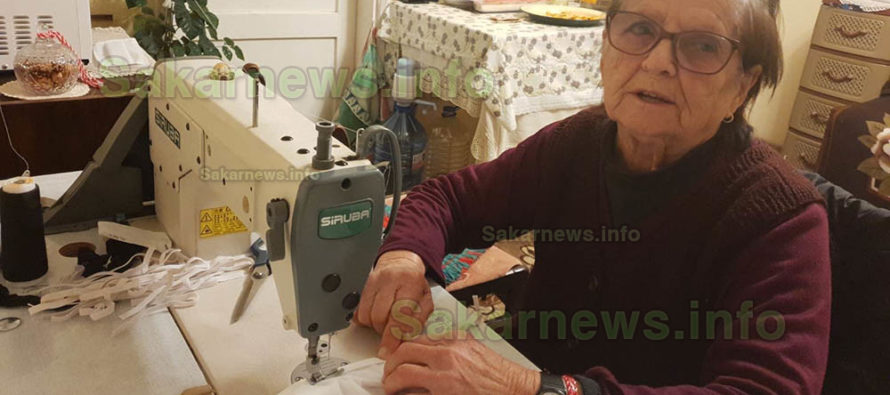 Баба на 93 години шие  благотворително маски  за медицински лица