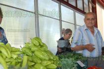 Търговци разпъват сергиите на  пазара, но при по-строги мерки