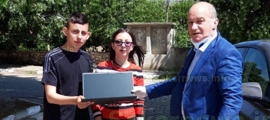 """Депутати от """"БСП за  България"""" подариха  лаптоп на даровити деца"""