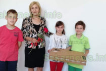 Депутати подариха лаптоп на деца