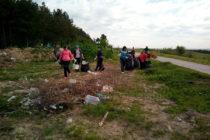 Общинари чистят  нерегламентирано сметище