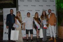 Пищова короняса манекенки  на конкурс за красота