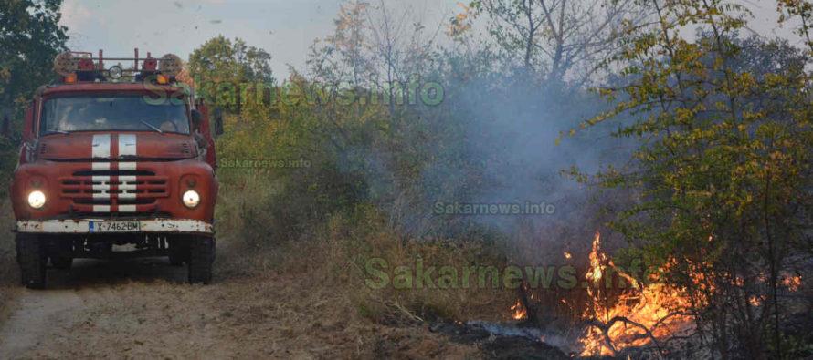 Пожари обхванаха земеделски площи на две места в областта
