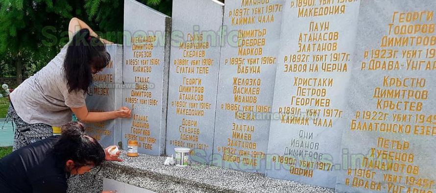 """Загинали герои вече имат """"златни"""" имена върху паметни плочи"""