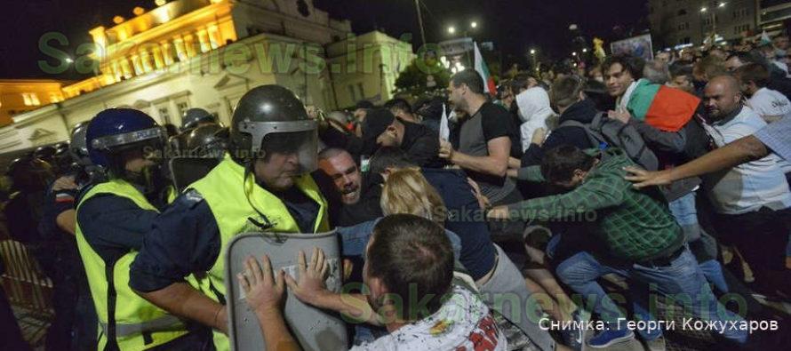 Протест, ден 76 – сблъсъци край бившата сграда на парламента