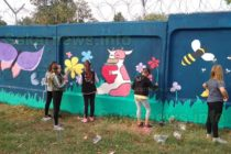 Ученици изрисуваха още 100 метра от стената на Бежанския център