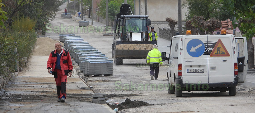 Започнаха авариен ремонт на път в село Троян