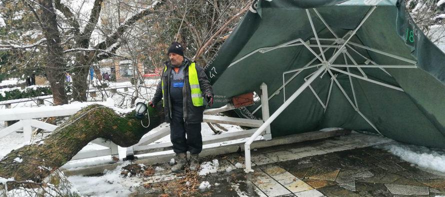 Заради снега 25 села останаха без ток