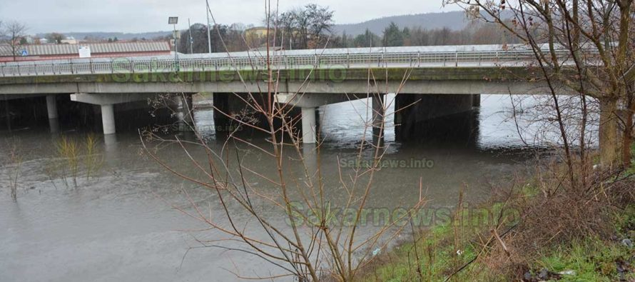 Продължителният дъжд вдига нивото на реките