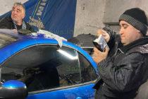 Механик поправя коли със сръчни ръце и голямо сърце