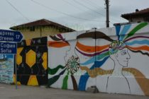 Художници изрисуваха панелите на ромски квартал