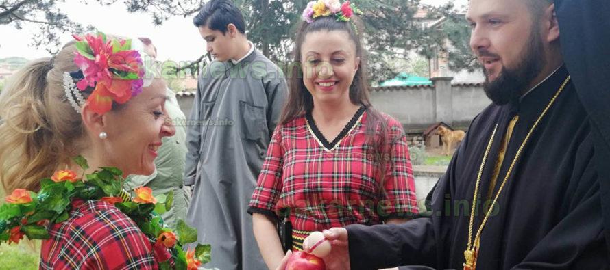 Лазарки танцуваха в двора на храм