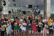 """Абитуриентите на СУ """"Неофит Рилски"""" официално взеха своите дипломи"""