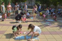Деца рисуваха на открито